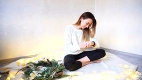 La muchacha moderna utiliza el reloj elegante y camina finger a través del pequeño pedregal Foto de archivo libre de regalías