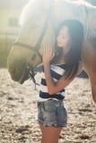La muchacha monta un caballo Foto de archivo