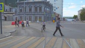 La muchacha monta una bici en una calle tranquila de la ciudad almacen de video