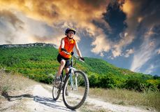 La muchacha monta una bicicleta Fotos de archivo