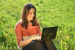 La muchacha morena atractiva hermosa se está sentando en a Imagen de archivo