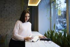 La muchacha morena en vidrios realiza campaña publicitaria diaria del trabajo para atraer el interés de clientes Imágenes de archivo libres de regalías