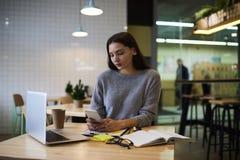La muchacha morena en vidrios realiza el trabajo diario y el sitio web popular para aumentar interés de los client's de mantene Imagen de archivo libre de regalías