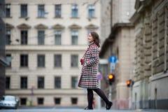 La muchacha morena está caminando abajo de la calle en Budapest Imagenes de archivo