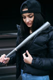 La muchacha morena hermosa con un bate de béisbol Fotos de archivo libres de regalías