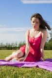 La muchacha morena linda goza del sol en parque Imágenes de archivo libres de regalías
