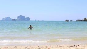 la muchacha morena nada y salpica en el mar metrajes