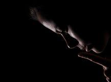 La muchacha muestra abajo de gesto del silencio Fotografía de archivo libre de regalías