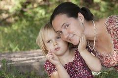 La muchacha muestra a algo la madre lejos Imagen de archivo