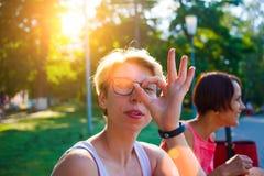 La muchacha muestra la autorización del gesto Fotografía de archivo libre de regalías