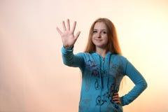 La muchacha muestra cinco Imagenes de archivo
