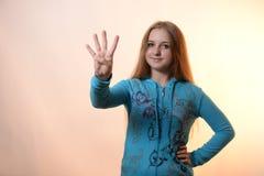 La muchacha muestra cuatro Fotografía de archivo libre de regalías