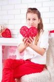 La muchacha muestra el corazón rojo Imagenes de archivo