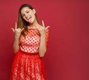 La muchacha muestra gestos y la lengua Imagenes de archivo
