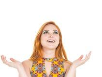 La muchacha muestra la sonrisa hermosa de la felicidad y mira para arriba redheaded Fotografía de archivo