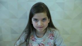 La muchacha muestra las emociones cara y mano almacen de video