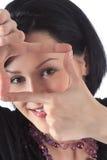 La muchacha muestra a manos un rectángulo Fotografía de archivo libre de regalías