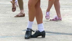 La muchacha muestra movimientos irlandeses de la danza metrajes