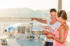 La muchacha muestra a su amigo un avión Imagenes de archivo