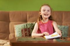 La muchacha muestra su dibujo Imagen de archivo libre de regalías