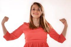 La muchacha muestra su fuerza muscular y poder Imagen de archivo libre de regalías