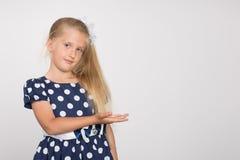 La muchacha muestra una mano al lado Foto de archivo libre de regalías