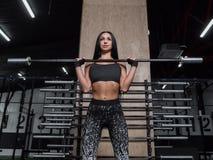 La muchacha muscular potente, atractiva enganchó al crossfit, trainin Fotografía de archivo