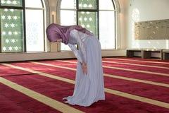 La muchacha musulmán joven ruega en mezquita Imagen de archivo libre de regalías