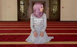 La muchacha musulmán joven ruega en mezquita Foto de archivo