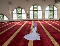 La muchacha musulmán ruega en mezquita Fotografía de archivo