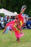 La muchacha nativa adolescente realiza una danza tradicional en D aborigen Fotos de archivo libres de regalías