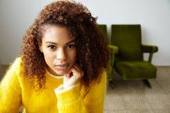 La muchacha negra hermosa joven trabaja en Ministerio del Interior Fotografía de archivo libre de regalías