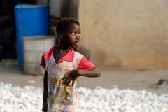 La muchacha no identificada de Dagomban anticipa en el pueblo local DA foto de archivo libre de regalías