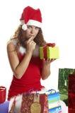 La muchacha no sabe qué hacer con los regalos Imagenes de archivo