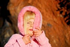 La muchacha oculta la cara foto de archivo libre de regalías
