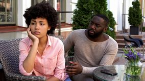 La muchacha ofendida trastornada que ignoraba al novio, dio vuelta lejos, malentendido, conflicto fotografía de archivo libre de regalías