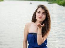 La muchacha oriental hermosa envía beso fotos de archivo