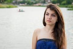 La muchacha oriental hermosa mira cuidadosamente en distancia imágenes de archivo libres de regalías