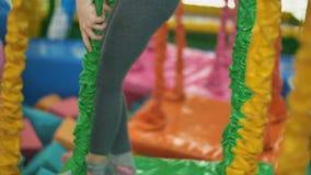La muchacha pasa la atracción con las barreras metrajes