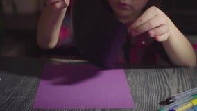 La muchacha pega tarjetas Preparación para la celebración de Halloween metrajes