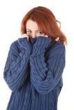 La muchacha pelirroja está intentando mantener caliente Foto de archivo