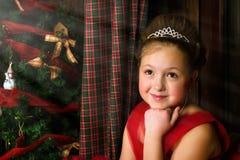 La muchacha pensativa acoge con satisfacción Año Nuevo y la Navidad Fotos de archivo