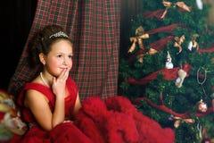La muchacha pensativa acoge con satisfacción Año Nuevo y la Navidad Foto de archivo libre de regalías