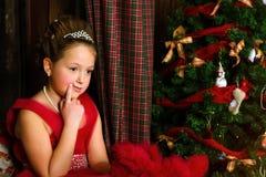 La muchacha pensativa acoge con satisfacción Año Nuevo y la Navidad Fotografía de archivo