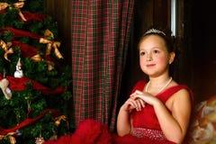 La muchacha pensativa acoge con satisfacción Año Nuevo y la Navidad Imagen de archivo