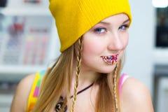 La muchacha pensativa con los caramelos de Pascua en los labios Fotografía de archivo libre de regalías