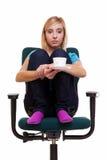 La muchacha pensativa en silla sostiene té o el café de la taza. Foto de archivo libre de regalías
