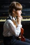 La muchacha pensativa pone su cabeza en sus manos y Fotografía de archivo libre de regalías
