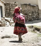 La muchacha peruana se vistió en equipo hecho a mano tradicional colorido Imagen de archivo libre de regalías