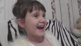 La muchacha piensa, después ríe caluroso almacen de metraje de vídeo